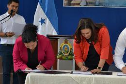 The signing ceremony included (left to right): EDC's Jessica Miranda, First Lady of Honduras Ana García de Hernández, and Minister of Education Marlon Escoto.